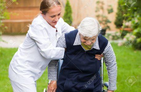 Aide  à domicile: 4 façons de vous assurer que vos parents vieillissants bénéficient d'un soutien émotionnel